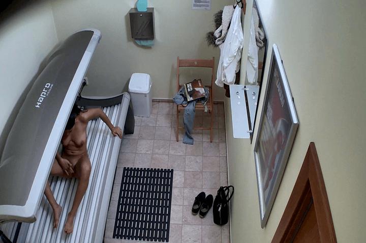 Geile Hausfrau fingert sich vor der Solarium Voyeurcam die Fotze auf der Sonnenbank
