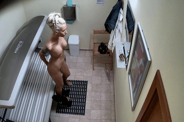 Geile Schlampe mit fette Silikontitten von versteckte Voyeurcams beim Strippen fotografiert
