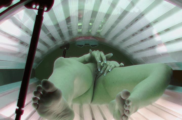 Junge Solariumschlampe spielt sich an ihrer engen Mädchen Fotze herum auf einem Spannersexfoto