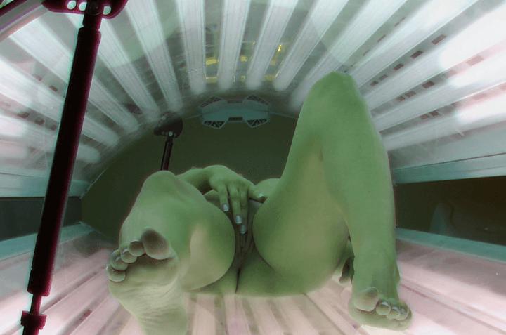 Scharfe Voyeur Nacktaufnahme von wichsendem Solarium Girl