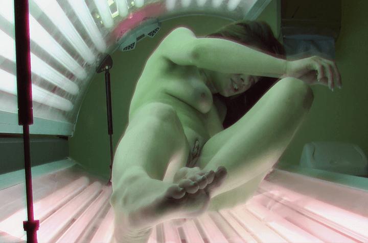 Voyeur Sexfoto eines Solarium Girls mit einer engen Teen Muschi